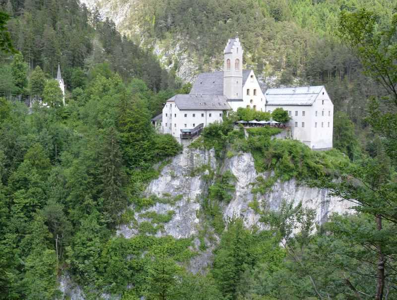 Das Kloster St. Georgenberg in Tirol - erreichbar mit einem geländetauglichen Kinderwagen
