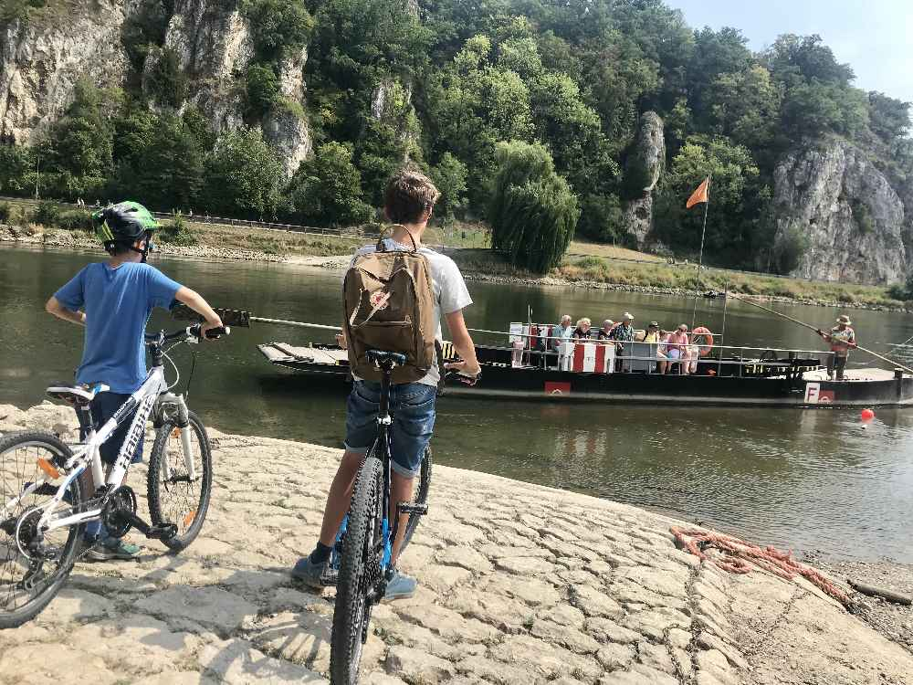 Ohne Motor bringt uns die Seilfähre samt Fahrrädern über die Donau zum Kloster Weltenburg
