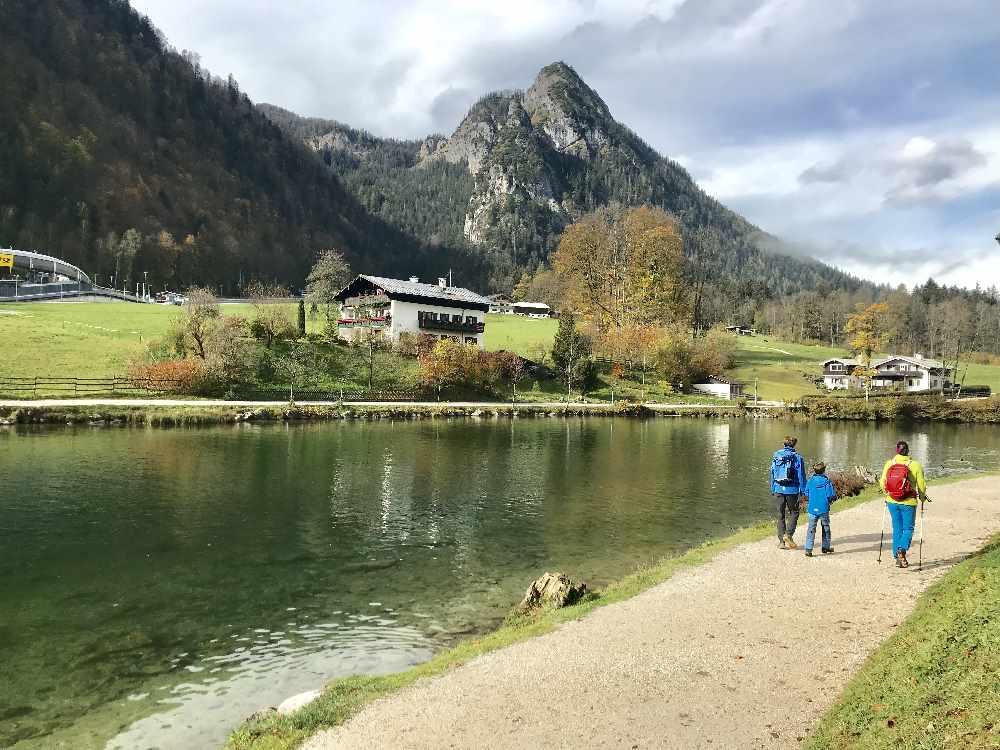 Schön: Am Königssee wandern mit Kindern. Per Bus direkt ab dem Familienhotel.