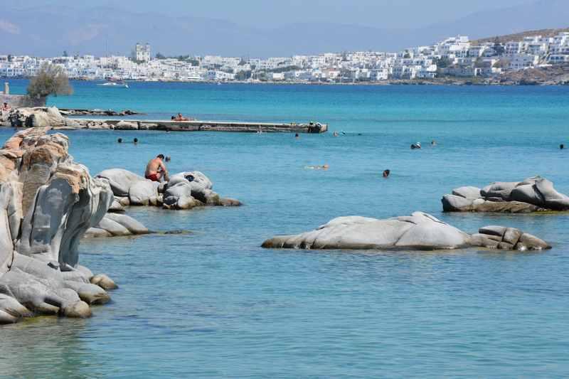 Kolymbithres:  Der Strand mit den Felseninseln, dahinter zu sehen die Stadt Naoussa