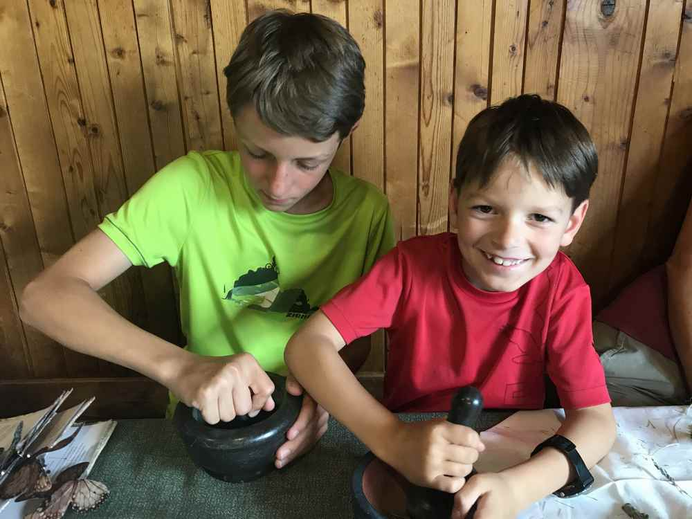 Familienurlaub Osttirol: Beim Kräuter - Workshop sind die Kinder voll dabei. Besonders mit dem Mörser.