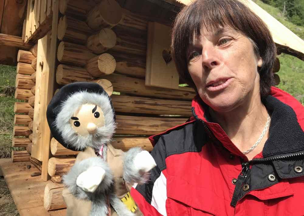 Familienurlaub Osttirol: Der Kasperl ist auch dabei bei der Kräuterwanderung mit Kindern
