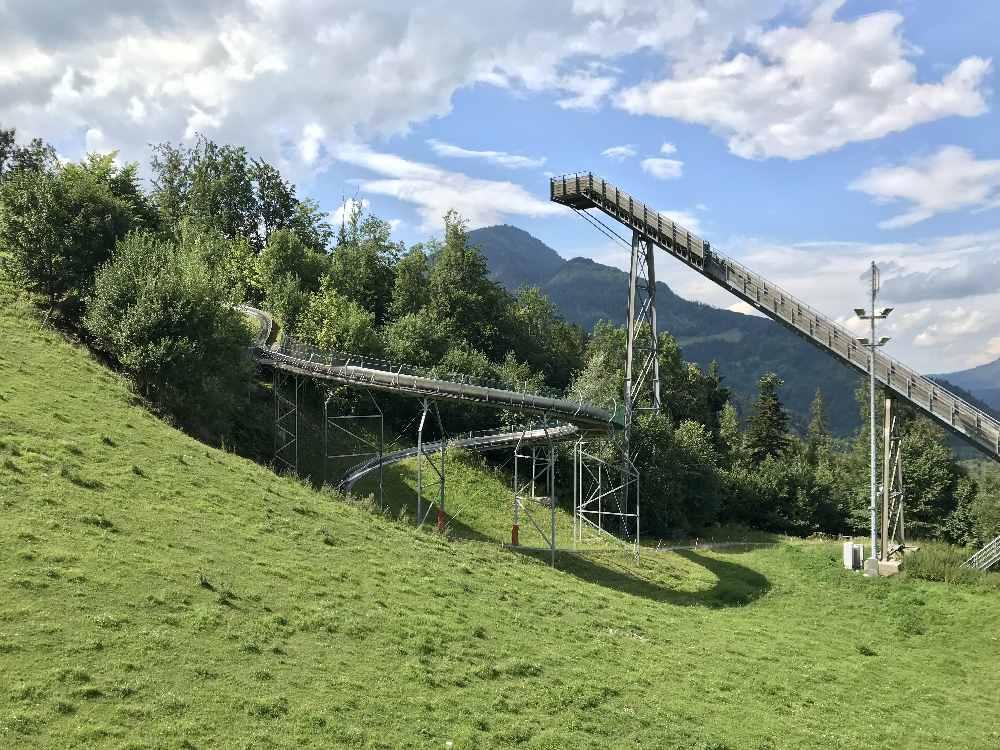Vom Lift aus sehen wir den großen Kreisel - das ist ein Teil der Rodelbahn, rechts die Wintersprungschanze