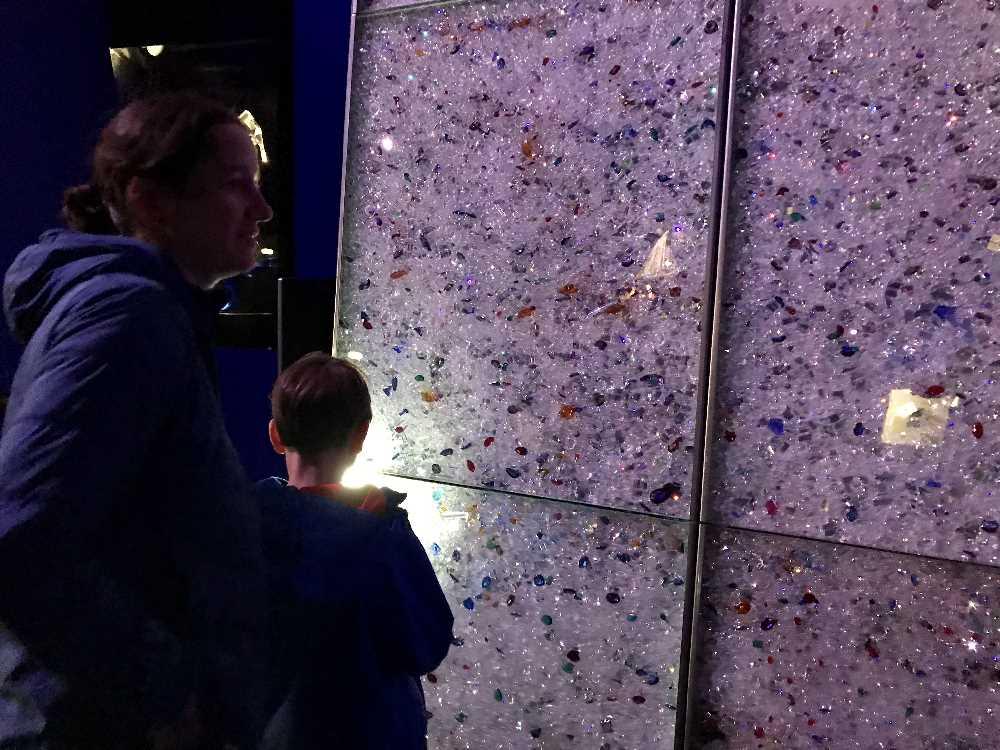 """In der blauen Halle suchen wir mit Taschenlampe """"Micky Maus Kristalle"""" - wir haben sie wirklich gefunden!"""