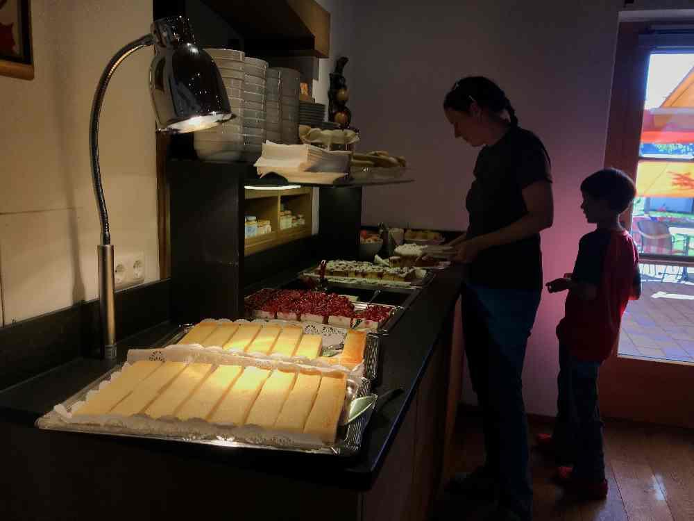 Viel Auswahl am Kuchenbuffet im Babyhotel - oder doch lieber Obst?