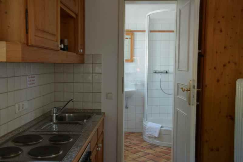 Der Blick in die Küchenzeile, hinten das Bad der Ferienwohnung Tegernsee.