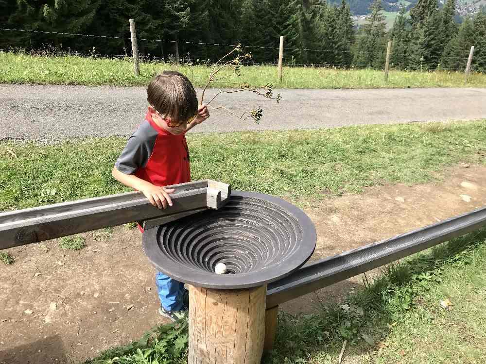 Im Kreisel braucht die Holzkugel eine Weile, bis sie auf der Bahn weiterrollt