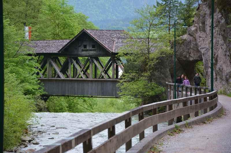 Über die Holzbrücke zur Kundler Klamm wandern