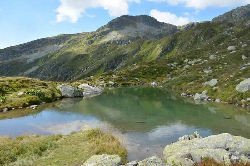 Der schöne Bergsee Lag Serein in Disentis