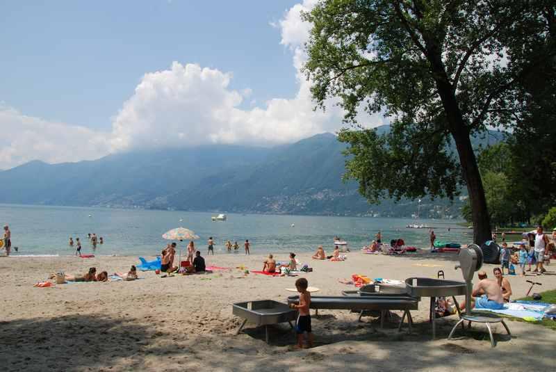 Im Lago Maggiore baden beim Strandbad Locarno