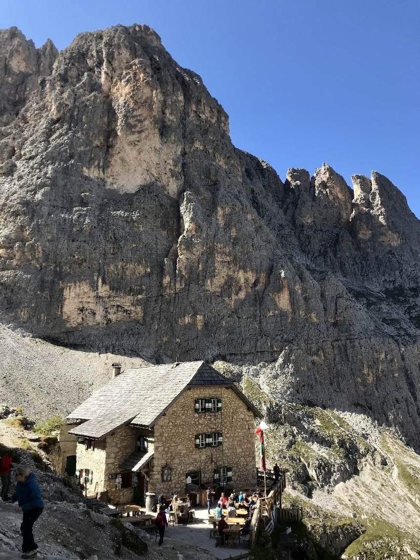 Die Langkofelhütte mitten in den steilen Felskanten des Langkofel