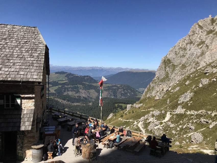 Von der Langkofelhütte kannst du auf die Seiseralm und ins Grödnertal schauen