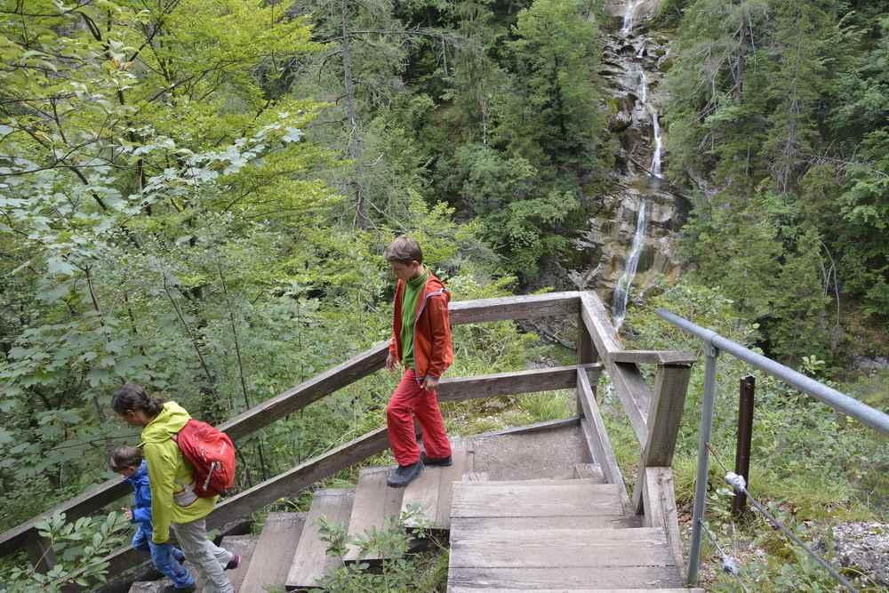 Am bekannten Lassnigfall wandern wir vorbei. Der Aussichtsplatz ist voll von Wanderern.