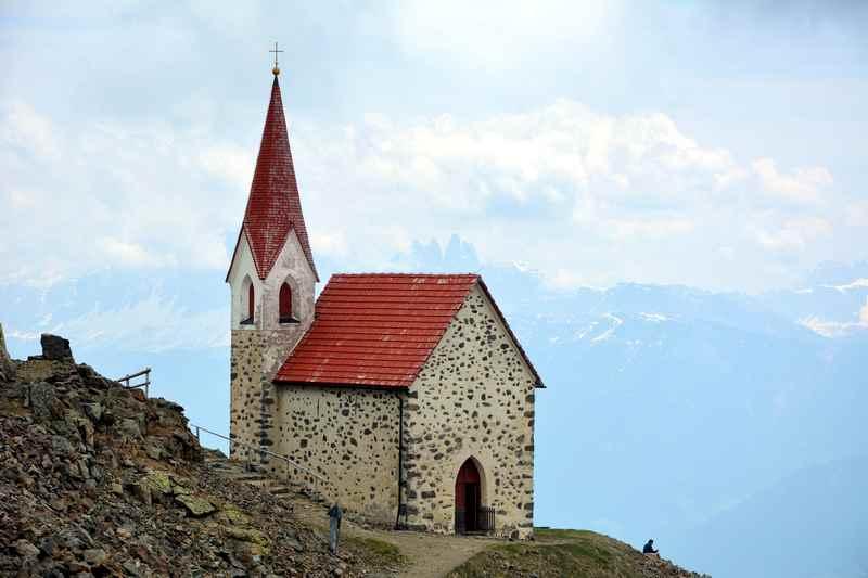 Hoch über Klausen-die Wallfahrtskirche Latzfonser Kreuz