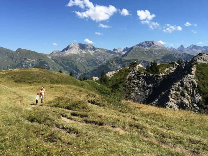 Oberhalb von Lech wandern mit Kindern zum Butzensee bei tollem Bergpanorama