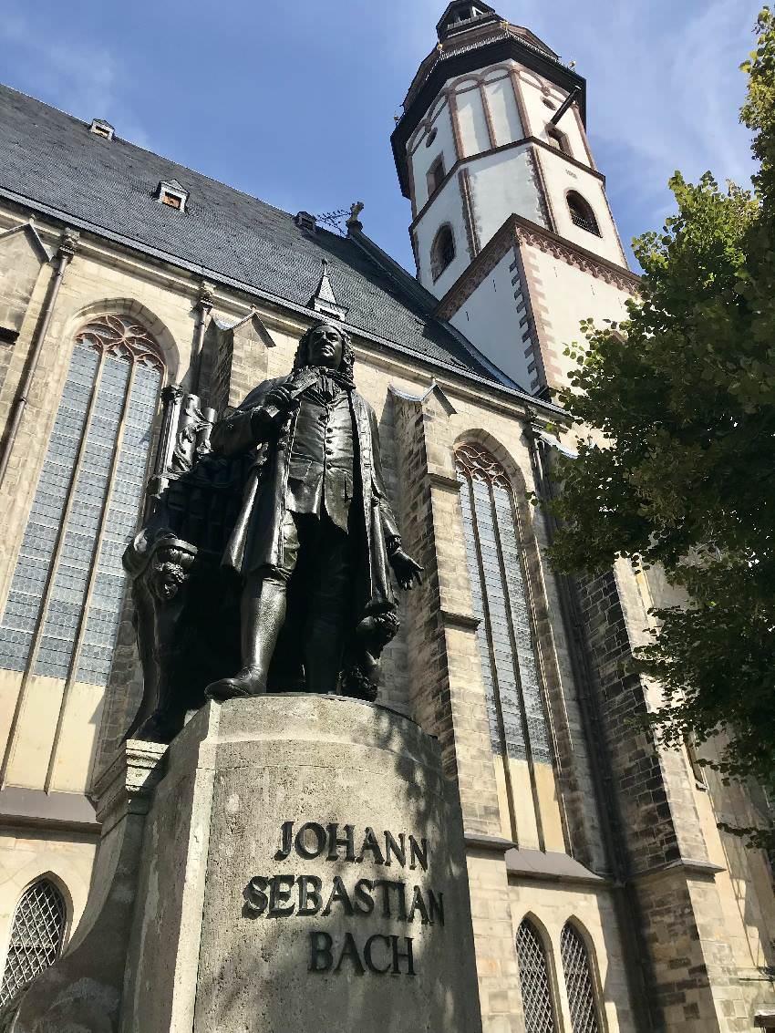 Und für die Erwachsenen: Das Johann Sebastian Bach Denkmal an der Kirche