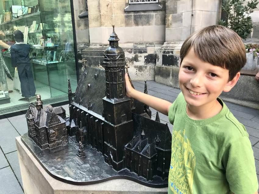 Leipzig mit Kindern erleben - bei der Thomaskirche ist ein kleines Relief, ideal für unseren Städtebummler