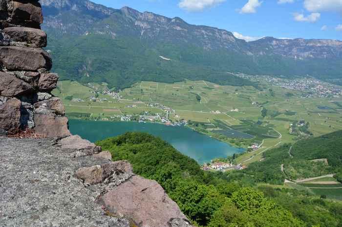 Under Wanderziel mit Kindern: Der Blick von der Leuchtenburg auf den Kalterer See in Südtirol