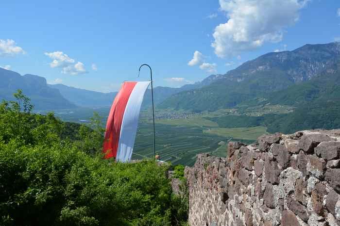 Die Leuchtenburg Wanderung lohnt sich: Toller Ausblick über das Etschtal und die Berge