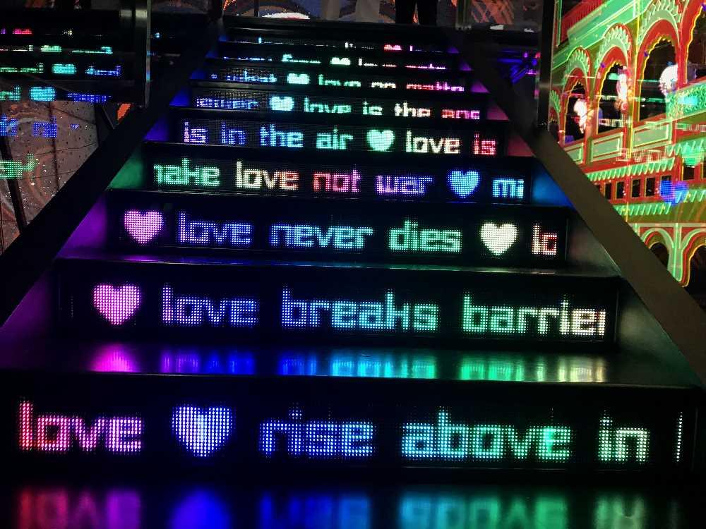 """Im """"Liebesraum"""" führen diese mit Leuchtschrift beleuchten Stufen hinauf"""