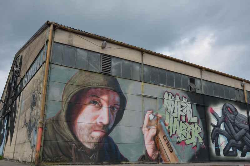 Eines der Graffiti bei der Hafenrundfahrt in Linz mit Kindern