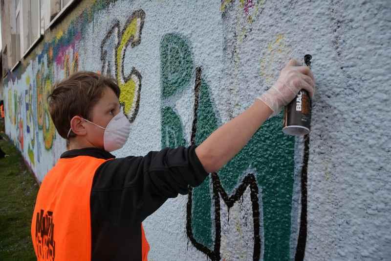 Offiziell Grafittimalen auf den Wänden im Linzer Hafen - mit Anleitung für Einsteiger