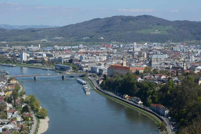 Der Blick über die Stadt: Vom Freinberg auf Linz und die Donau