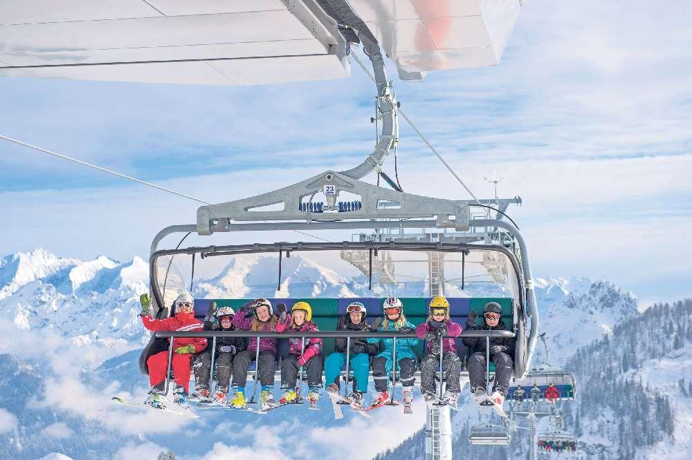Skifahren mit Kindern - Das Familienskigebiet Lofer mit modernen Bergbahnen und Hütten im Skigebiet