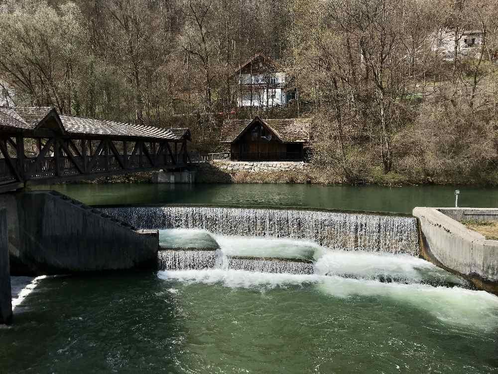 Die Loisach in Wolfratshausen mit dem stufigen Wasserfall am Wehr
