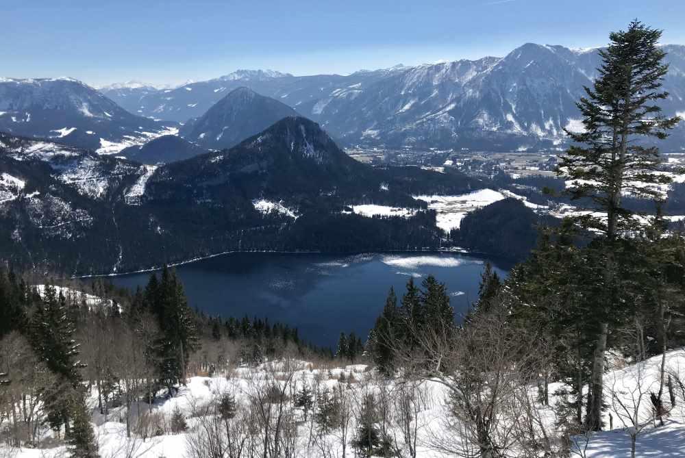 Schneeschuhwandern Loser: Schon bei der Fahrt mit der Loser Bergbahn haben wir dieses traumhafte Panorama auf den Altausseer See