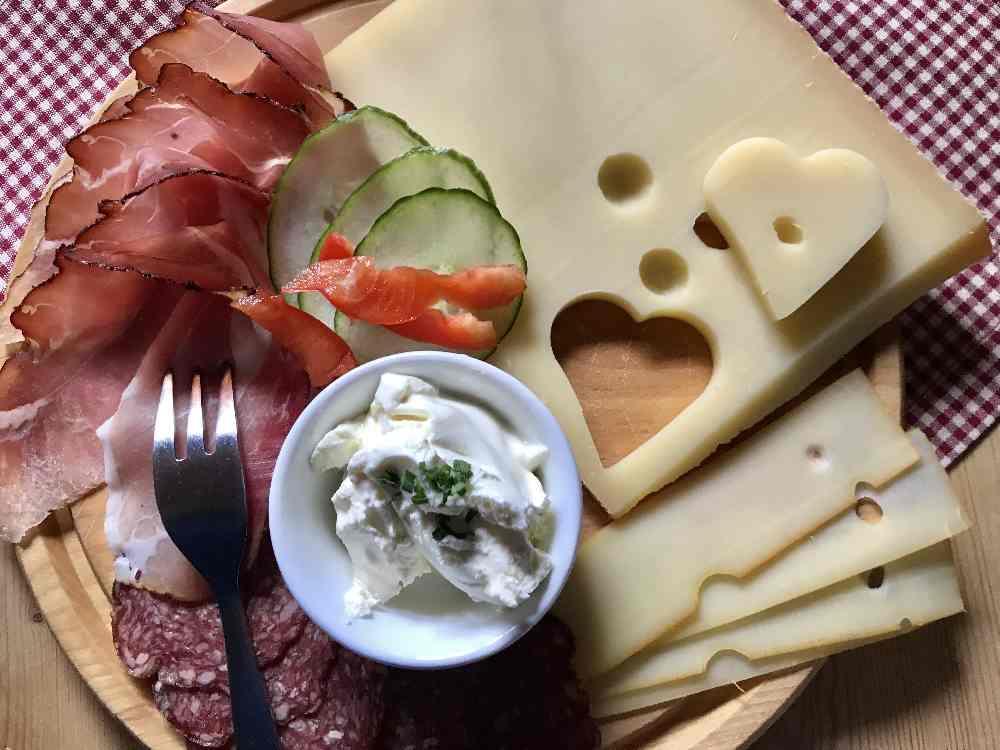 Ein Luxus ganz anderer Art: Charmantes Frühstück auf der Almhütte in Kleinwalsertal