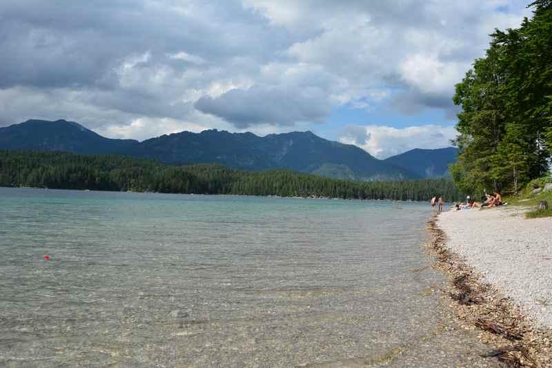 Mountainbiken Eibsee lohnt sich - schöner Naturbadestrand zum Baden am Eibsee