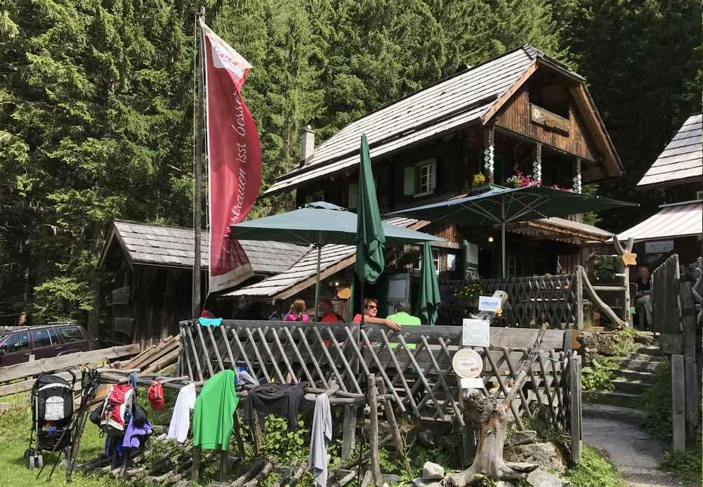"""Die Schwussnerhütte ist auf unserer Rundwanderung durch das Seebachtal der """"Umkehrpunkt"""" beim Wandern mit Kindern"""