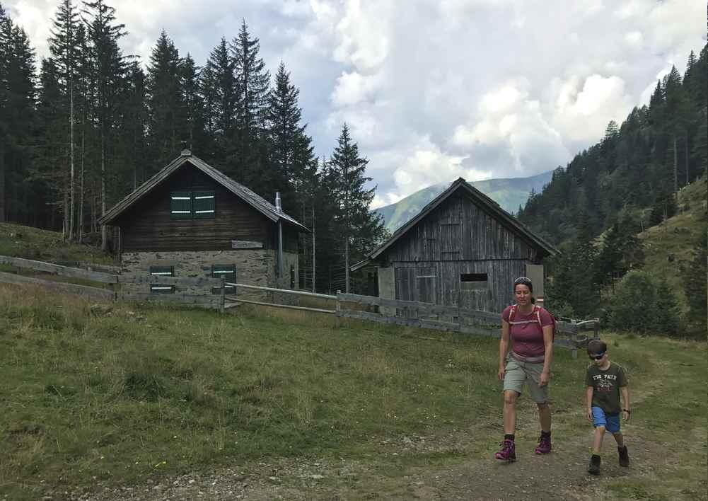 Bei der Eggerhütte wandern wir hinauf im Dösental zur Konradlacke