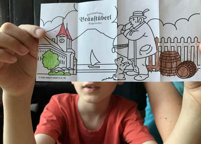 Die Kinder bekommen eine originelle Malvorlage, das Ausmalen wird gleich begonnen