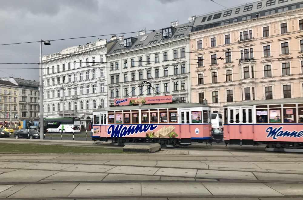 Mit der Manner Strassenbahn an den schmucken Häusern von Wien vorbei