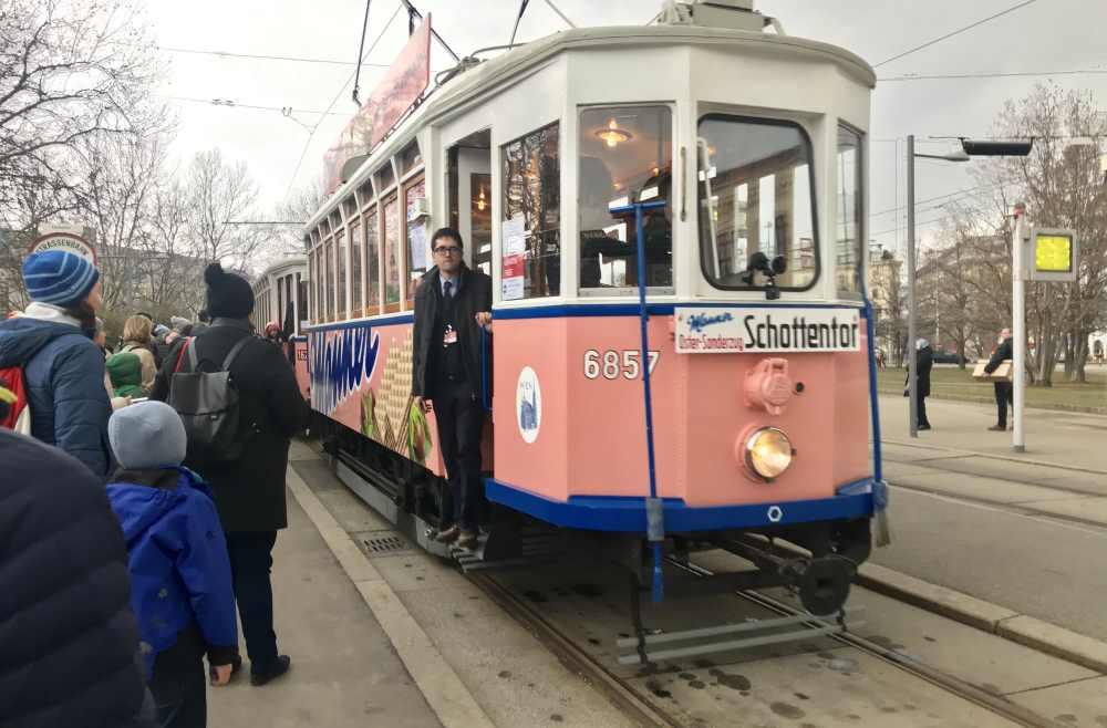 Am liebesten würden wir mit der historischen Manner - Straßenbahn zum Werksverkauf in Ottakring fahren, aber wir brauchen die 2-er Tram