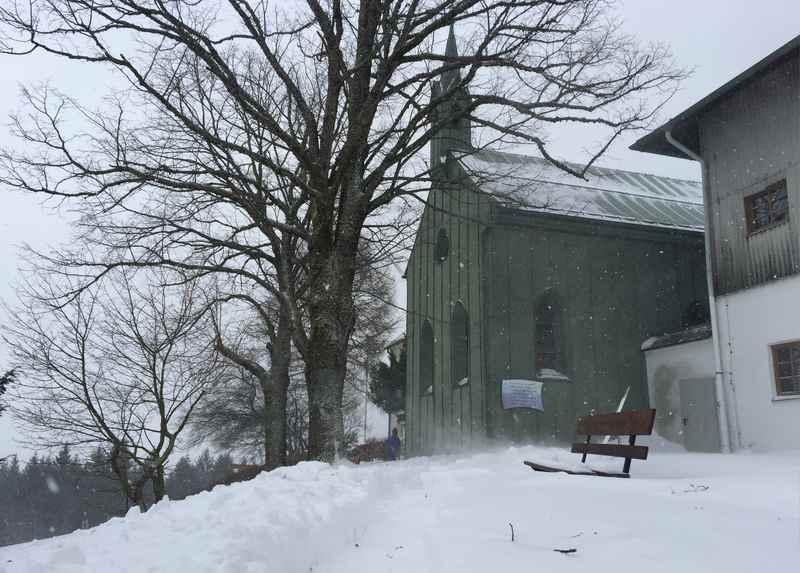 Rodeln Chiemsee: Oben ist die Maria Eck Kapelle - eigentlich ist es eine Klosteranlage mit Gasthof zum Einkehren