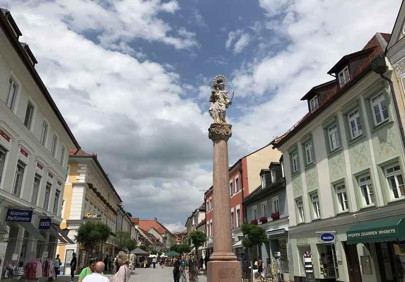 Die bekannte Mariensäule in der Fußgängerzone in Murnau