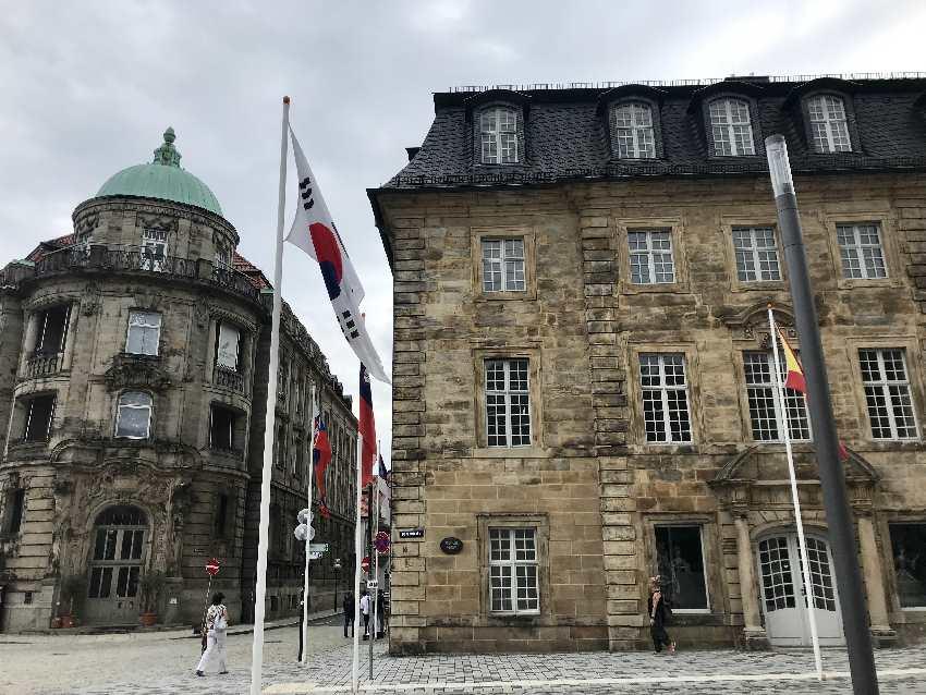 Markgräfliches Opernhaus Bayreuth - rechts im Bild. Ist UNESCO Weltkulturerbe!