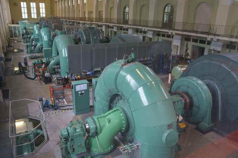 In der riesigen Maschinenhalle stehen die Turbinen - hier ist es beeindruckend und sehr laut