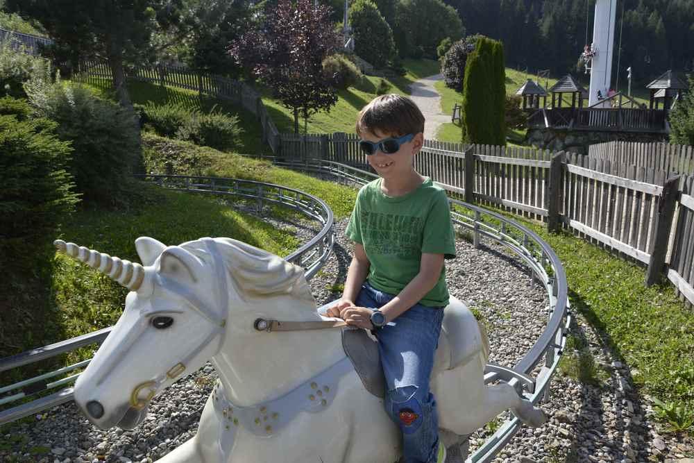 Ohne extra Bezahlung dürfen Kinder auf dem Einhorn am Bergspielplatz in Mautern fahren
