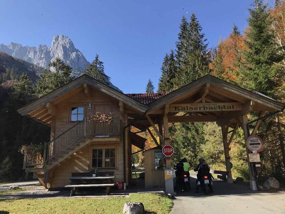 Über die Mautstraße geht es hinein ins Kaiserbachtal in Tirol