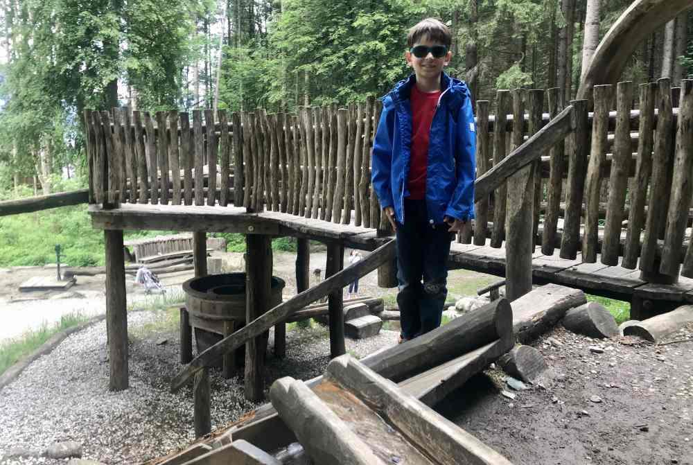 Spielplatz Mayrhofen:  Wunderbar sind die vielen Holzleitungen auf diesem Spielplatz im Zillertal