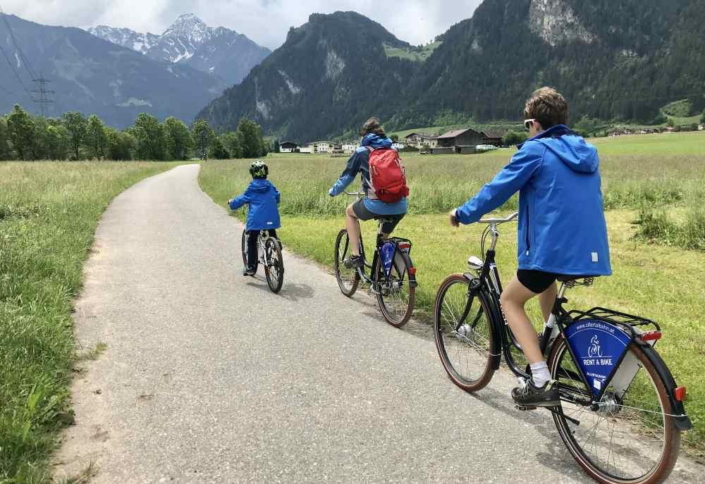 Der Radweg durch das Zillertal bietet tolle Ausblicke auf die Berge - ohne Steigung für die Radfahrer.
