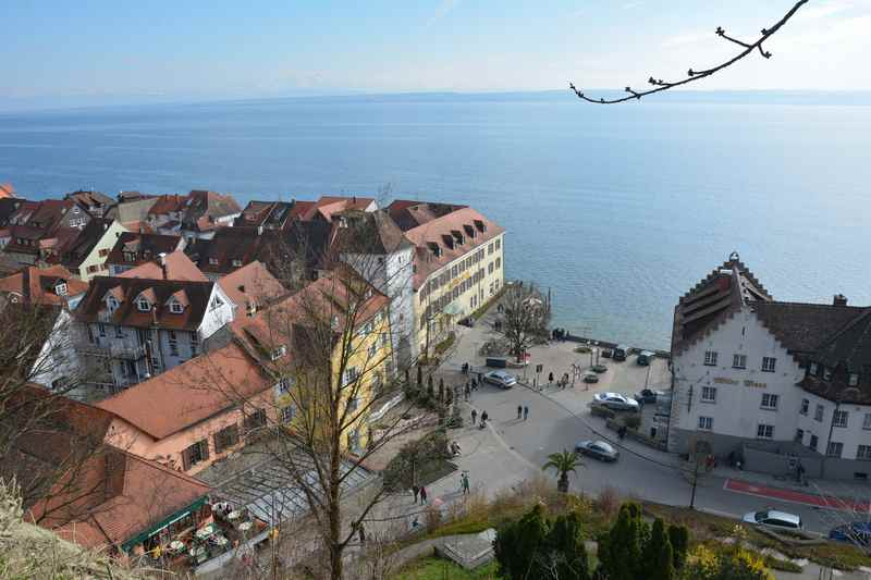 Meersburg mit Kindern - hier der Blick über die historischen Fachwerkhäuser und den Bodensee