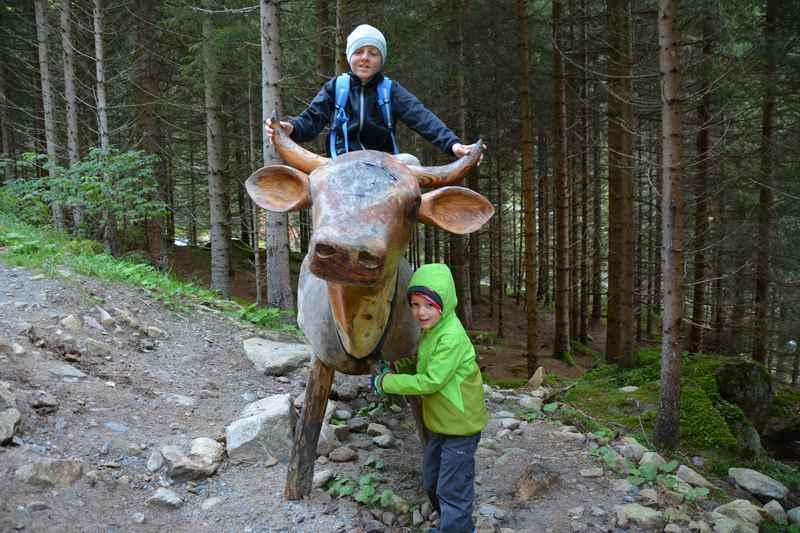 Wandern mit Kindern auf dem Milchweg bei der hölzernen Kuh
