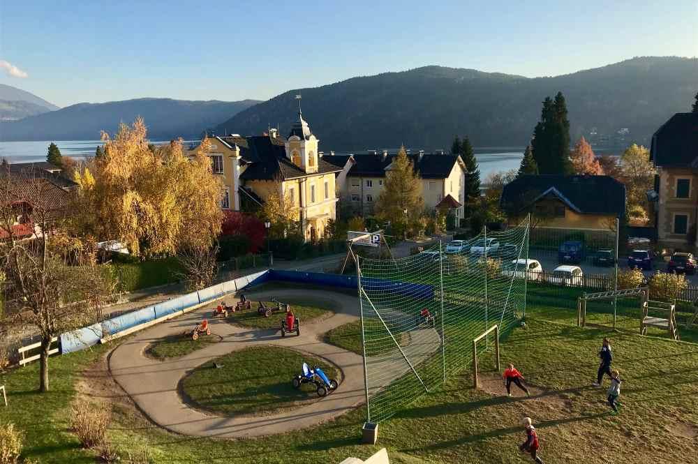 Familienhotel Post Millstätter See Großes Areal: Das ist der Ausblick vom Hotel auf den See, im großen Garten gibt es eine Go-Kart-Rennbahn, Fußballplatz, ...
