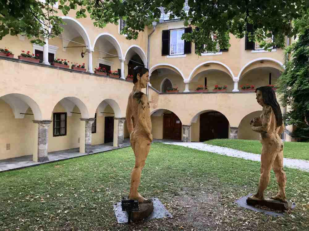 Viele Torbögen zieren die große Klosteranlage am Millstätter See - ein öffentlicher Durchgang verbindet See und Ort