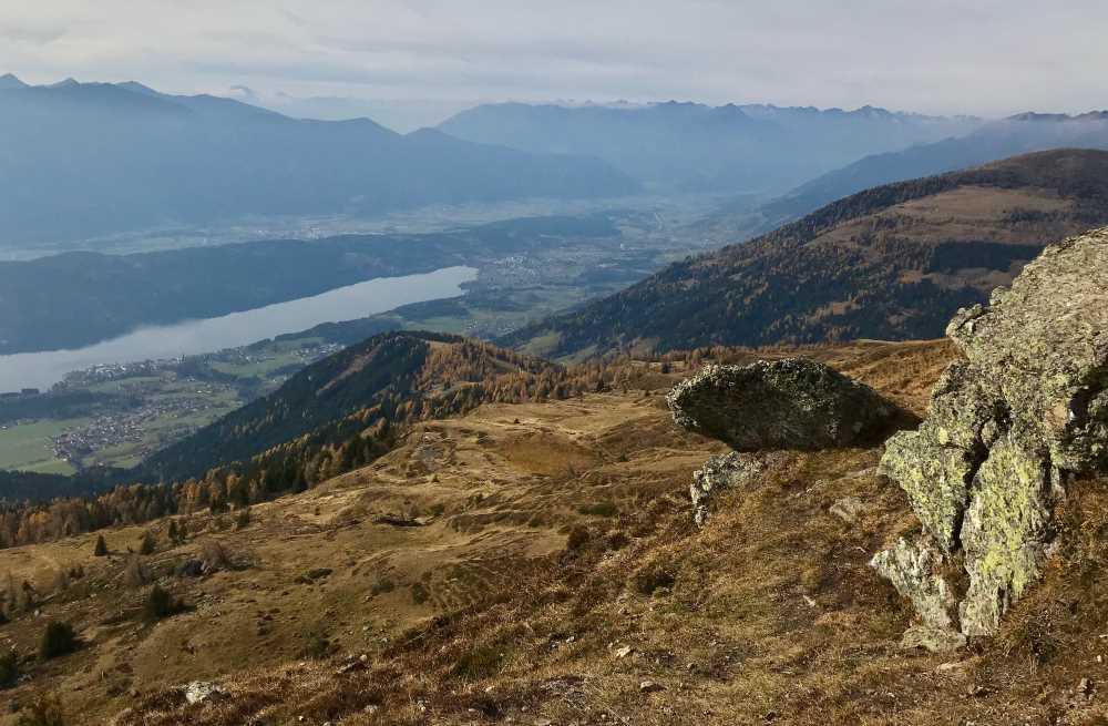 Der Blick vom Granator auf den Millstätter See und die Berge der Region